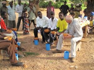 Togo: Klaus Dehnert im Gespräch mit Gründungsmitgliedern der Kooperative