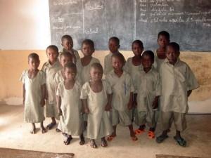 Kinder der Klasse 1/2 in ihrer ersten Schulkleidung