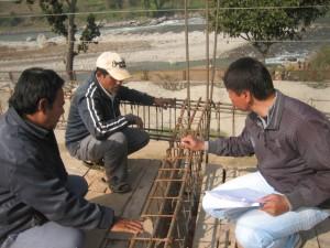 Denish Chitrakar, ein befreundeter Architekt mit viel Bauerfahrung  aus Kathmandu, sieht sich die Baustelle an.