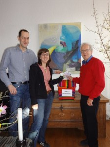 Die Geschwister Stephan und Caroline Sasse bei der Spendenübergabe an Klaus Schubert