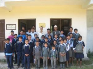 Bild 7: Schüler mit neuer Schulkleidung und JWS-Rucksäcken mit Lehrern und Ramesh Chitrakar (hintere Reihe in hellem Hemd)