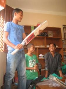 Bild 8: Neue Sportgeräte für den Devighat Child Club
