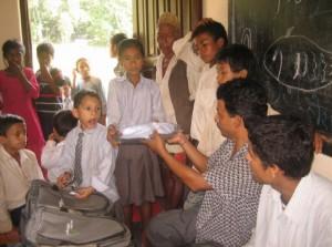 Bild 9: Übergabe der Schulmaterialien an die Stipendiaten