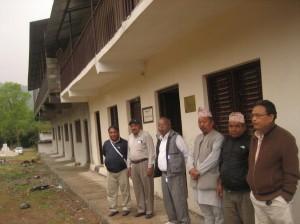 Der Jugendclub und das sich anschließende neue Schulgebäude mit den Vertretern der Schule und den Besuchern.