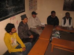 Gesprächsrunde im Jugendclub. 2. von links: Ramesh Chitrakar