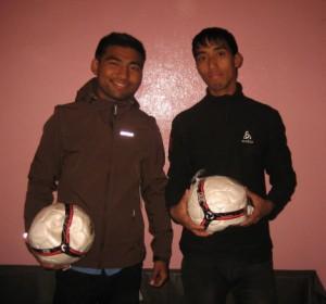 Surendra und Anil mit ihren Jacken und Fussbällen.
