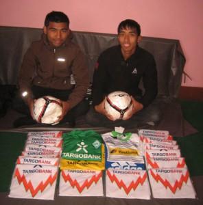 Surendra und Anil mit den Fussbällen und Trikots